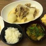 高野豆腐・大根・豚コマの煮物、カレー風味ポテサラ、冷凍餃子、味噌汁