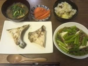さつまいもご飯、人参味噌漬け、昨日の残りのブリカマ、豆腐のキノコ餡かけ、味噌汁。