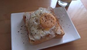 鶏ハムと目玉焼き on 食パン