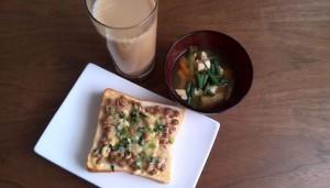 納豆マヨチー大根葉トースト、味噌汁、コーヒー牛乳