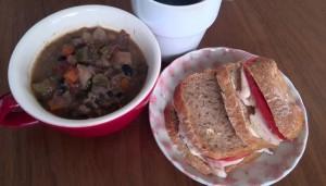 鶏ハムサンドと野菜スープ。