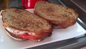 トマトとチーズのホットサンド