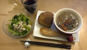カブの葉と鶏ハムのサラダ(和え物?)、パン、野菜スープの残り