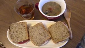 鶏ハムサンド、野菜スープの残り