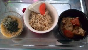 余り物の煮物と、納豆とごはん。