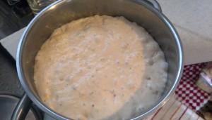 捏ねないパン。今回はまた盛大に膨らんだ。