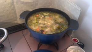 チキンブイヨンで野菜スープ