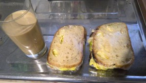 サンドイッチ2つ作って、1つだけ食べました。