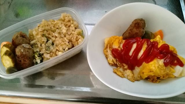 昼ごはん(左)と朝ごはん(右) お昼ごはんにはスープもあります。