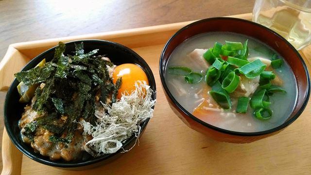 納豆卵ご飯と味噌汁