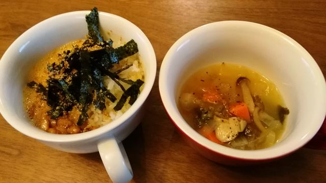 納豆卵ご飯と野菜スープの朝ご飯