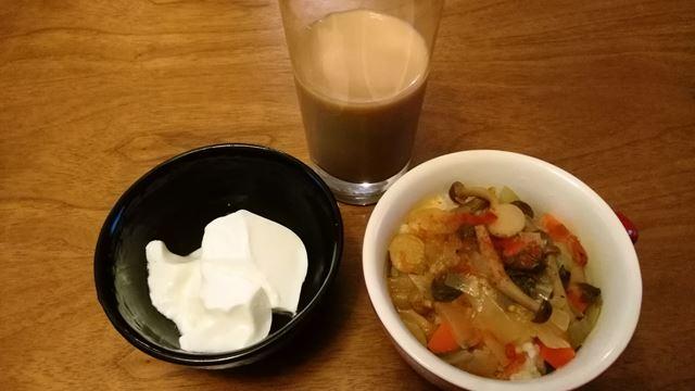 野菜スープごはん、ヨーグルト、コーヒー牛乳。