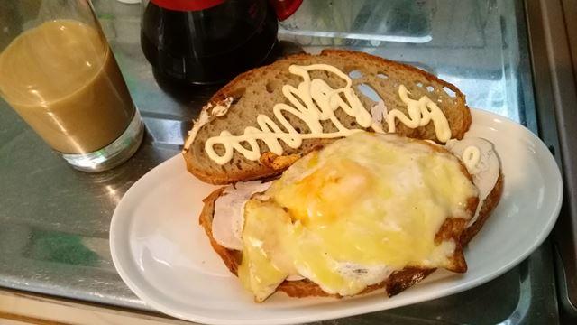 今朝:鶏胸と卵のサンドイッチ w/チーズ