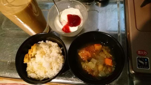 野菜スープ、ヨーグルト、ごはん、コーヒー牛乳と前衛的な組み合わせ