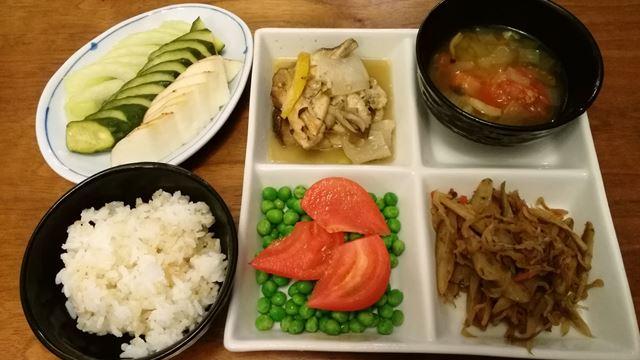 野菜スープ、切干大根、鳥ムネキノコ、トマトとグリーンピース、漬物、ごはん