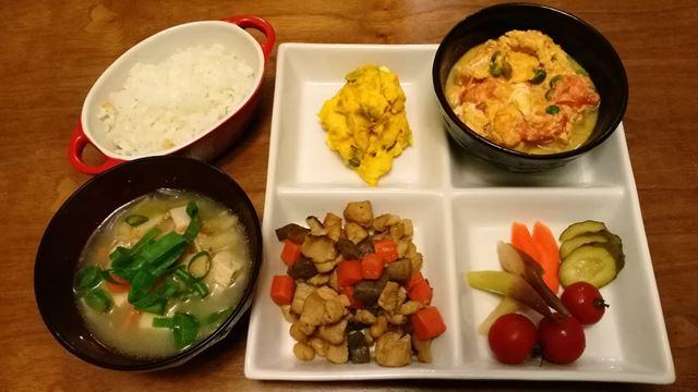 作り置きの五目煮、カボチャサラダ、味噌汁、ぬか漬け&ミニトマト