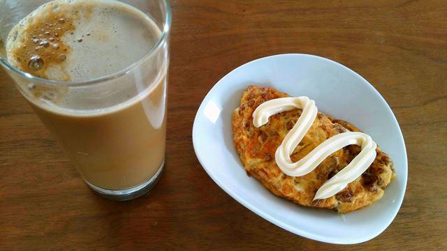納豆オムレツ、気の迷いから砂糖を入れたコーヒー牛乳