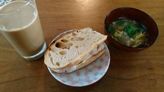 鶏ハムサンドイッチと味噌汁