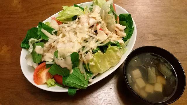 味噌汁と鶏胸のサラダ