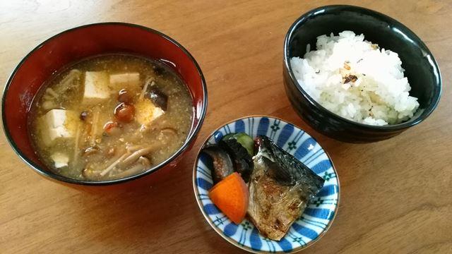 味噌汁、塩鯖、ぬか漬け、ご飯