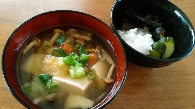 なめこと豆腐となすの味噌汁。