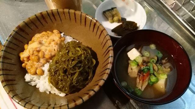 納豆とメカブのごはん、味噌汁、漬物