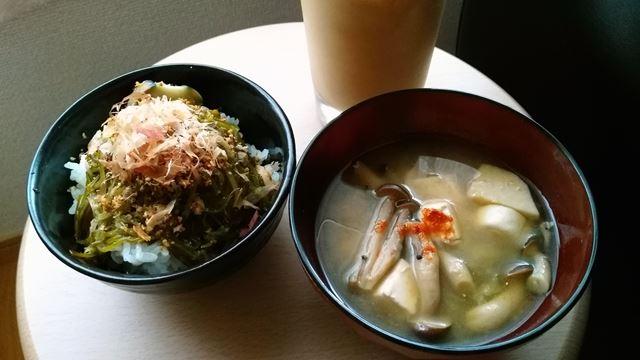 メカブご飯と味噌汁