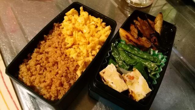 お弁当。卵そぼろと鶏そぼろ。