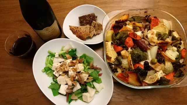 小松菜と豆腐のオリーブオイル漬けのサラダ、肉と野菜のオーブン焼き、自家製パン。