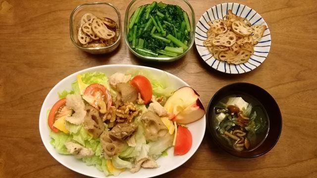 サラダ、味噌汁、そして作り置きのレンコンキンピラ、蕪の葉の煮浸し、レンコンチップ